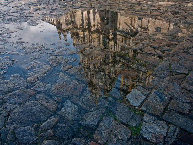 Hay pocos motivos por los que no debes visitar Santiago de Compostela por Navidad como, por ejemplo, la lluvia. Es cierto que en Santiago llueve más que otras zonas de España, pero en Santiago cuando llueve, suele a llover de una forma suave y, en esos momentos, es cuando podemos ver la Santiago de Compostela más bonita que hay. La lluvia es magia.