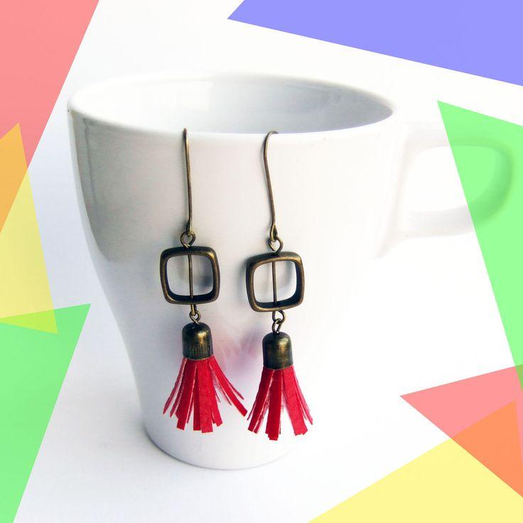 Boucles d'oreilles pendantes pompon Rouge et perle carré bronze : Boucles d'oreille par melelo-bijoux