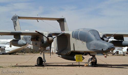 """""""...El North American Rockwell OV-10 Bronco es un avión de observación y ataque ligero propulsado por turbohélices. Aunque es un avión de ala fija sus capacidades se parecen más a las de un helicóptero rápido, de largo alcance, barato y ultra pesado. Es capaz de volar hasta 560 km/h, lleva hasta 3t de munición externa y puede permanecer sobrevolando una zona más de tres horas. Está muy valorado por su versatilidad, redundancia, carga, visibilidad de la cabina, capacidades para opera..."""