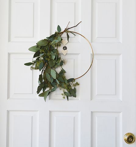 This simple eucalyptus wreath DIY is the perfect piece of home decor to welcome your Friendsgiving guests! #InspiredGathering #ad