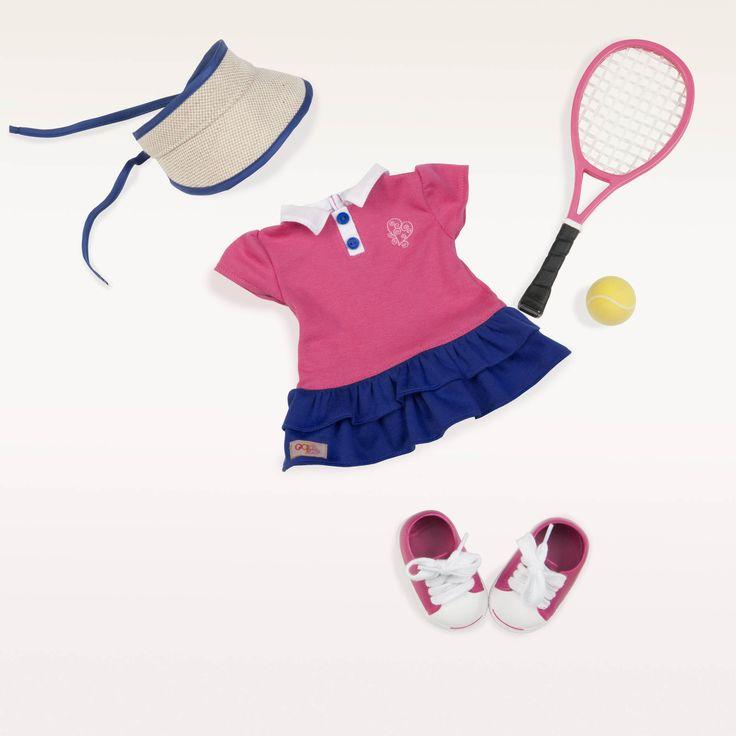 Deze kleding set van Our Generation is geschikt voor poppen van 46 cm groot en bestaat uit:  1 x tennis jurkje 1 x zonneklep 1 x paar tennis schoenen 1 x tennisraket 1 x tennisbal