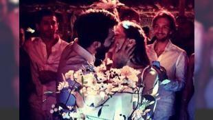 Pia Hakko ve Kerim Yeşil Mikonos'ta düğün yaptı: 31 Ağustos'ta düzenlenen sade bir törenle dünyaevine giren Vakko Holding Yönetim Kurulu Başkanı Cem Hakko ve Bettina Machler'in kızı Pia Hakko Delya-Selim Yeşil'in oğlu Kerim Yeşil Mikonos Adası'nda düğün yaptı. Çift 3-4 Eylül'de Mikonos'un en ünlü plajlarından Scorpios'ta yakın arkadaşları ve aileleriyle özel bir kutlama yaptı. İşte çiftin düğününden kareler