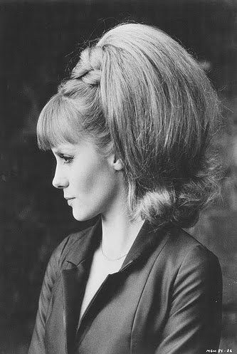 Françoise Dorleac = Cheveux : coupe structurée des années 60