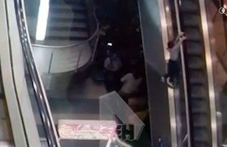 3-летний ребенок упал с эскалатора в аэропорту Домодедово - Сайт города Домодедово