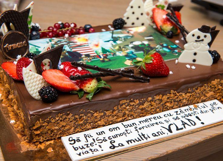 Deliciosul tort Double Desire a fost decorat cu detalii de Craciun si asteapta sa fie oferit cadou celor dragi sau colaboratorilor tai.  El se ambaleaza intr-o cutie cu motive traditionale romanesti, iar la cerere putem adauga logo-ul firmei tale pe tort. Preturi incepand de la : 110 Lei