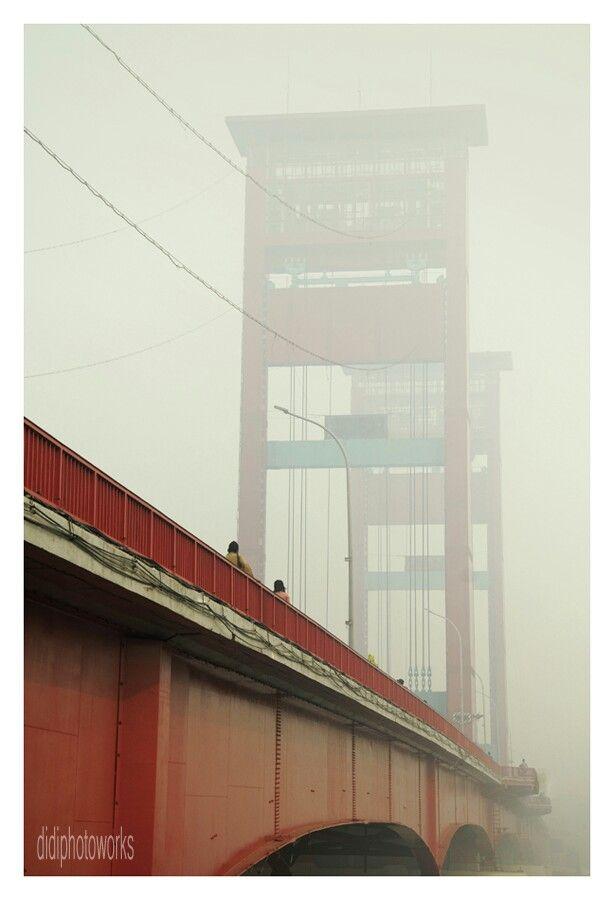 jembatan ampera diselimuti kabut asap