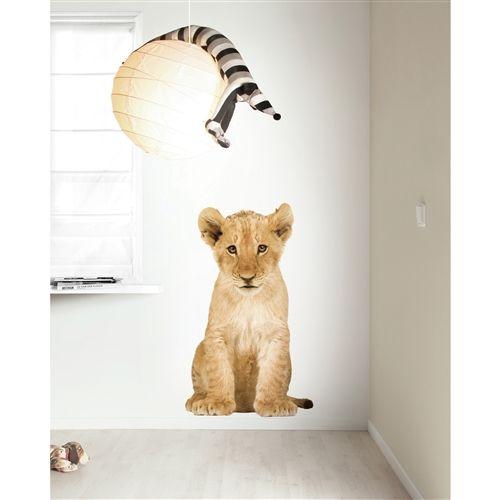 De lieve dieren van de Savanne komen nu bij jou thuis! Deze mooie KEK Amsterdam muursticker is levensecht en dat maakt deze wollige diertjes extra knuffelig! Met de Safari muursticker haal je de wonderlijke wilde dieren binnen in je slaapkamer.