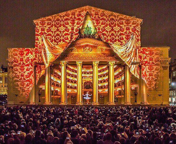 На фасаде Большого театра будут транслировать спектакли  Показы состоятся 1, 2, 8 и 9 июля. Зрители смогут увидеть на фасаде театра оперу Римского-Корсакова «Царская невеста» и балет Джорджа Баланчина «Драгоценности». Для трансляций на здании установят экран. Вход на Театральную площадь будет бесплатным. Начало спектаклей в 19.00  По словам пресс-службы театра, этой акцией Большой хочет отметить пятилетие окончания работ по реставрации и реконструкции исторического здания театра.  #moscow…