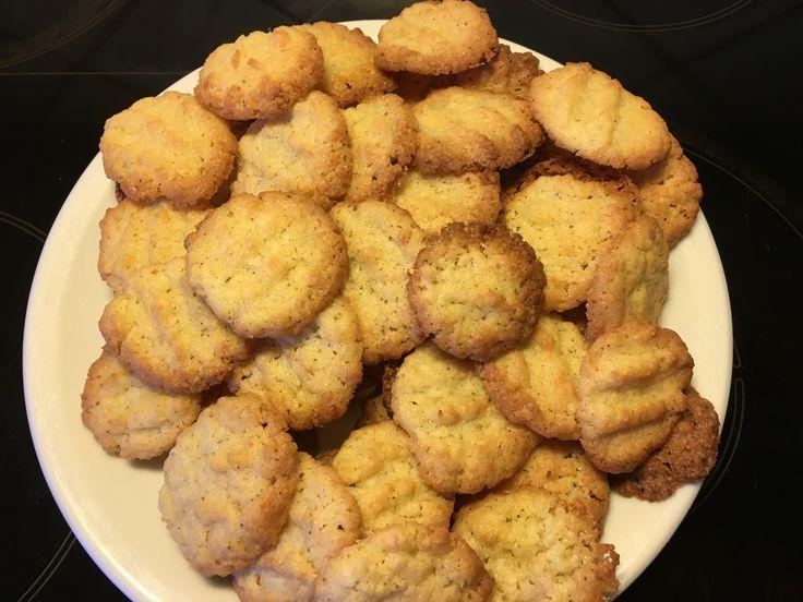Pyh, i dag er absolut dømt store småkagedag. Men der skal også bages til forskellige julebegivenheder, så der skal en del til. Nogle af opskrifterne har jeg dog halveret men når jeg skriver dem her...