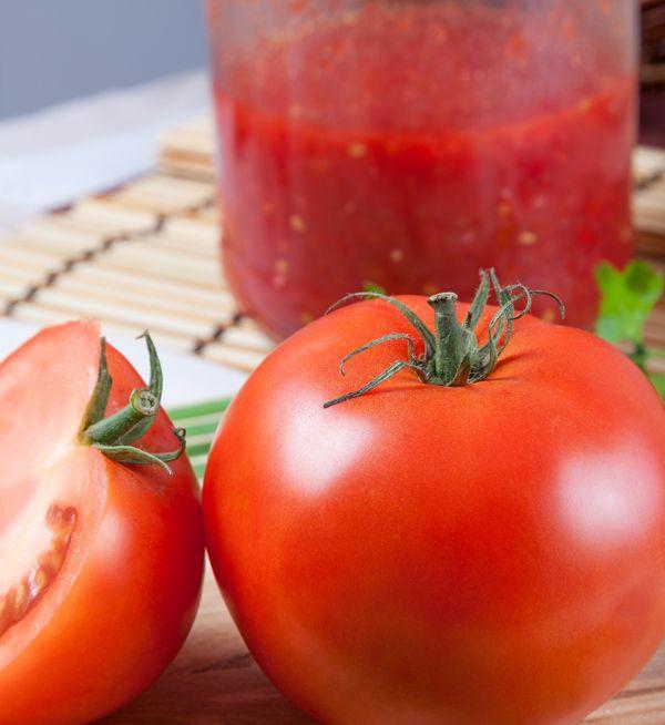 Deze tomatensaus gebruik ik altijd als basissaus voor bolognaise, soep of gehaktballetjes in tomatensaus. Allemaal verse ingrediënten uit onze moestuin. Dit recept resulteert in ongeveer 3/4 liter tomatensaus.