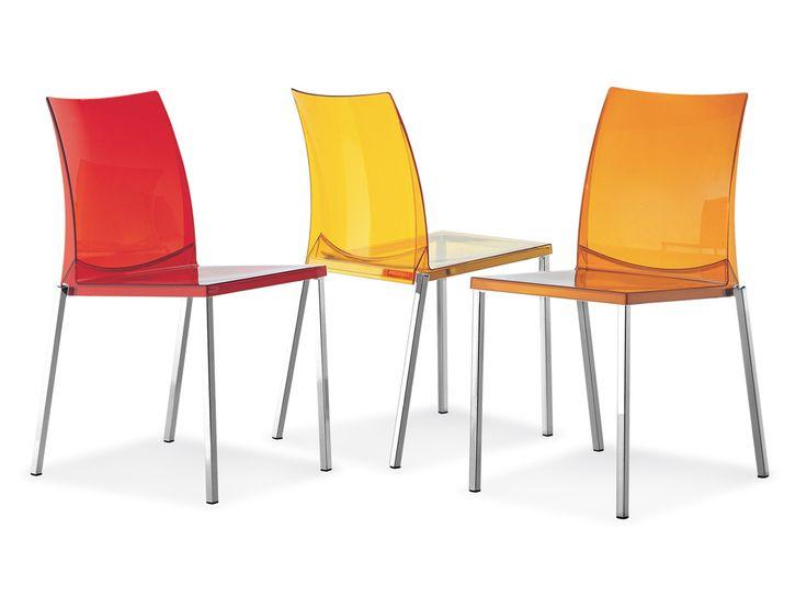 KUADRA. Sedia impilabile con scocca in policarbonato disponibile in diversi colori. La struttura è in tubo d'acciaio verniciato alluminio, cromato o satinato mm 20x20.