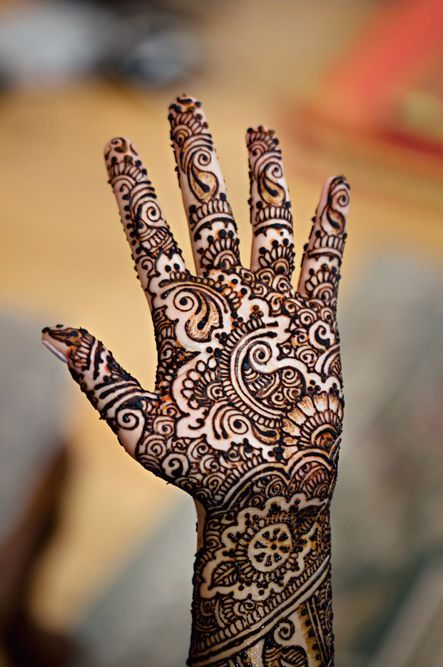 Gorgeous Henna Design For Hands repined by http://theguayaberashirtstore.com - wow! the use of negative space in this is stunning!