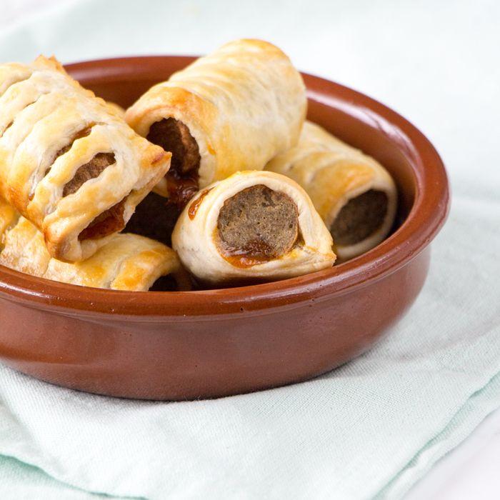 Inspiratie nodig voor een lekker borrelhapje? Maak dan deze mini frikandelbroodjes eens. Ze zijn ontzettend simpel, snel te maken en onwijs lekker.