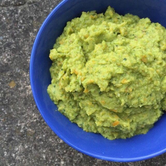 Denne skønne mos, smager på ingen måde at hverken broccoli eller blomkål, og er en dejlig måde at få flere grøntsager på! Opskrift: (3-4 personer) 1 pose broccolimix fra frost (frisk broccoli og blomkål kan også bruges, det er bare nemmest fra frost) 2 fed hvidløg 1 spsk smør 1 tsk ramsløgssalt (eller anden kryddersalt …