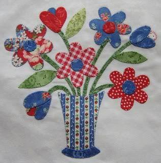 apliques de tela jarrón con flores.