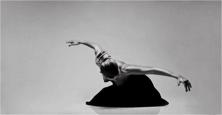 Elasticidad, plasticidad, elegancia, sensualidad, desnudez, equilibrio.. Términos que bien pueden ayudar a definir las fotografías del alemán Marc Hoppe.