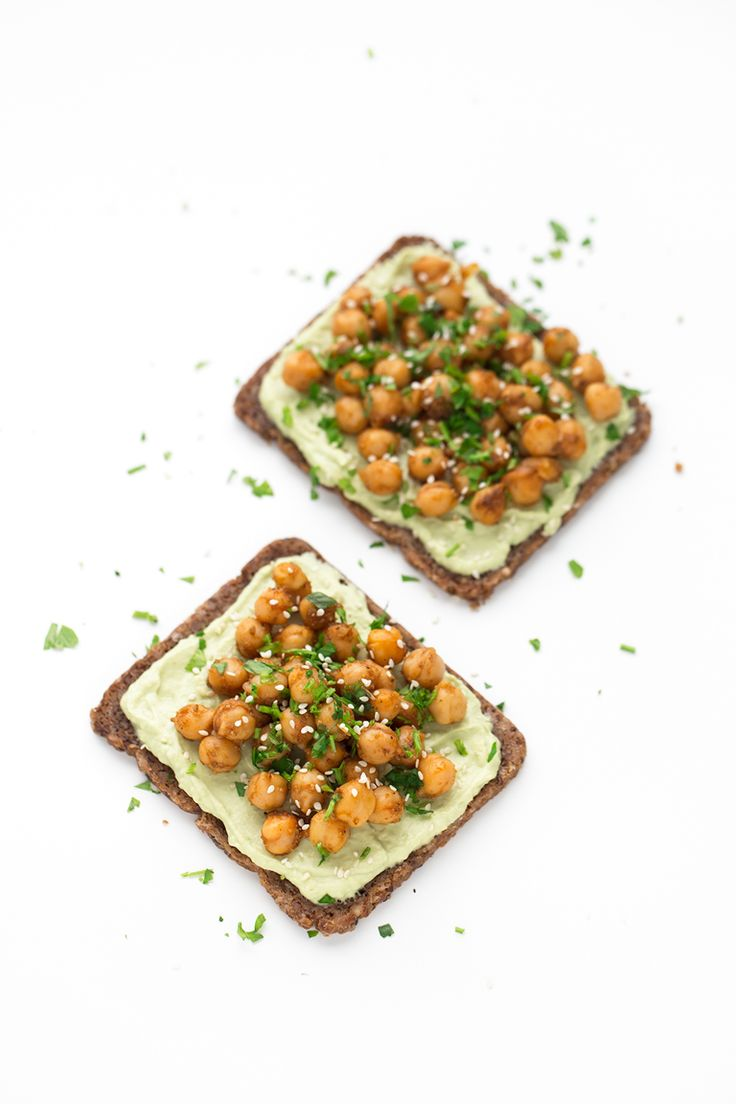 Tostadas con Garbanzos y Hummus de Aguacate. - Estas tostadas con garbanzos y hummus de aguacate son una opción muy nutritiva, completa y saludable para desayunar o como snack. Además, ¡están buenísimas!