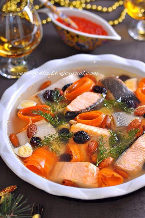 И ничто так не украшает праздничный стол, как красивое заливное. Заливное из курицы, мяса, овощей, языка, грибов, рыбы, его можно готовить из самых разных продуктов, заливать в разные порционные формочки, бокалы, красивые блюда, украшать всевозможными способами. Вот это действительно то блюдо, где можно проявить свою фантазию и творчество.