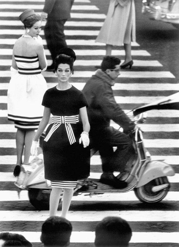 William Klein in mostra a Milano, il fotografo di Vogue che negli anni Cinquanta ha cambiato gli scatti di moda (FOTO)