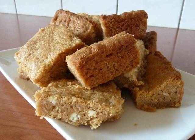 Pindakaas Blondies Met Witte Chocolade recept | Smulweb.nl