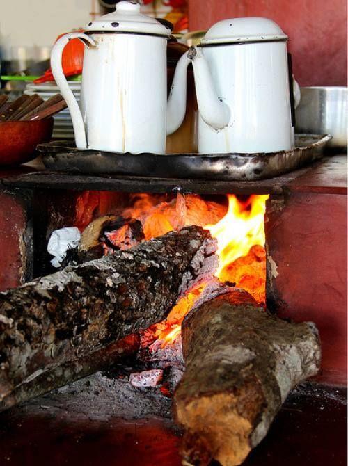 Lembro-me do fogão de lenha… Era de um calor confortante… Ficava hipnotizados com as labaredas de todas as formas e tamanhos… Que sonhos deliciosos e vividos!!! Tão reais. Tão nossos!…Tão meus! Cida Carvalho
