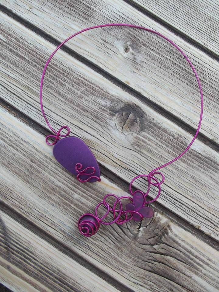 Collier n°056  En fil d'aluminium de couleur rose fuchsia avec ses perles de couleur violette  Retrouvez ce modéle sur ma page facebook : https://www.facebook.com/olivia.creation.5