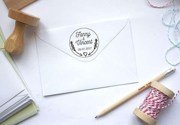 Des tampons avec vos prénoms et la date de votre mariage