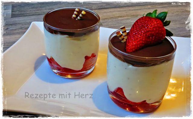 200 g Sahne 250 g Schmand, optional Quark 50 g Zucker 1 EL selbstgem. Vanillezucker 300 g Erdbeeren, in Viertel geschnitten 3 EL selbstgem. Erdbeermarmelade Erdbeer Jam  200 g Zartbitterschokolade