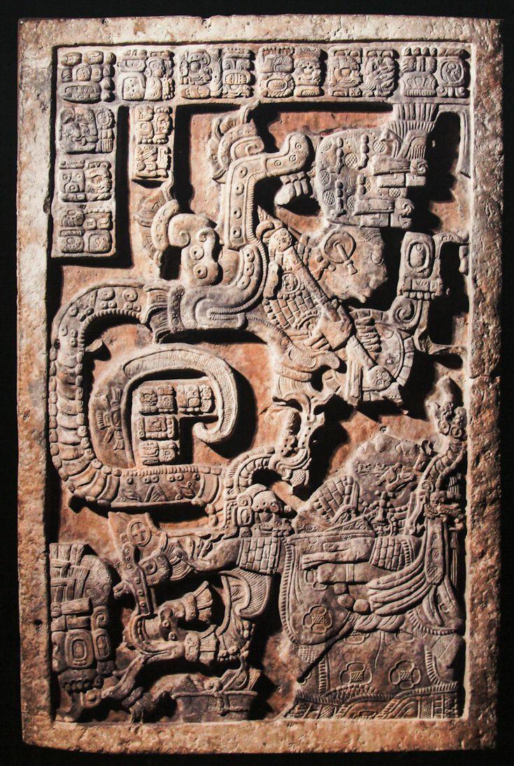 Деталь стены из Йашчилана: леди K'ab'al Xook (снизу справа) в результате ритуального кровопускания видит галлюцинацию о змее Teotihuacan; Мексика, ок. 760г.