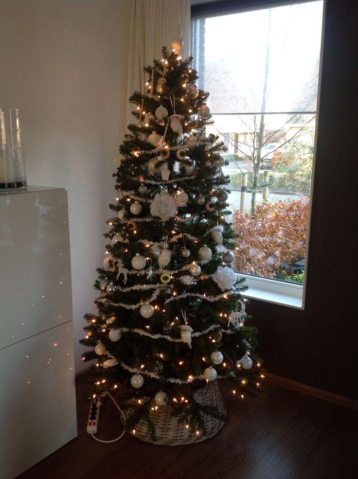 Kerstboom met witte decoratie