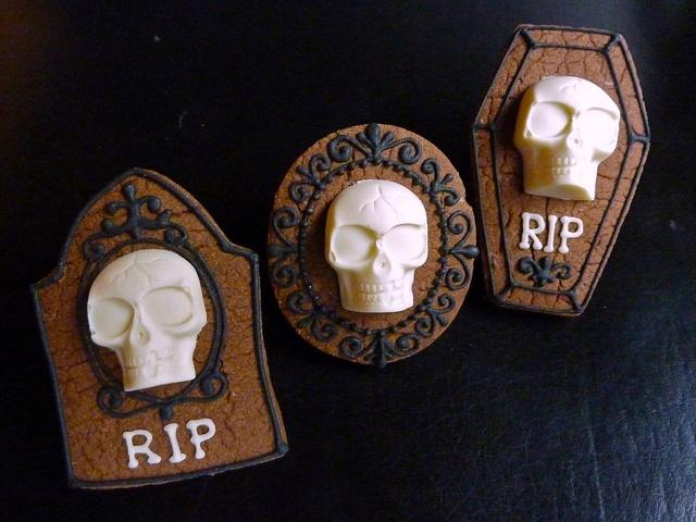 Halloween - Eerie white chocolate Skull on chocolate shortbread cookies