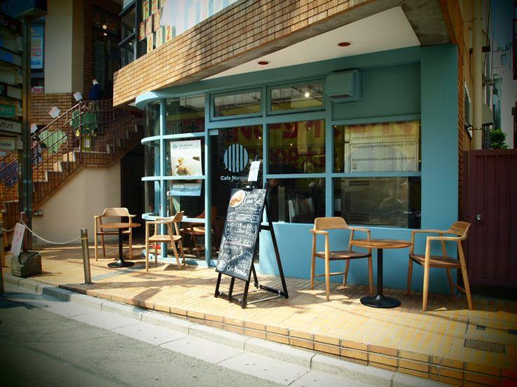 今日の昼カフェ、Cafe Normale(カフェ ノルマーレ)@下北沢です。久々に下北沢に新しくできたカフェってことで、工事してる最中から気になっていたお店です。青い外装がかわいい。 この丸いロゴが目印。これ何を意味してるのかなぁ?と思っていたんですが、表に出ていたメニューを見て納得。 丸い形に縦線の焦げ目。なるほど、このお店で食べられるパニーニを意味してたんだね。ストレートでいいね。 早速お邪魔してみました。ボーダーのシャツを着た女性店員さんが沢山。内装も外装と同じく、ブルーが基調となったモダンな印象。そして家具もかわいいのが揃ってます。 入口右手には大きなオーブン。そして焼かれるのを待っているパニーニたちが並んでおります。 こちらのCafe Normale(カフェ ノルマーレ)、特にインテリアに力入ってます。それもそのはず… リーズナブルでお洒落なインテリアを扱うインテリアショップ、NOCE(ノーチェ)が運営するカフェなのです。店内にはこんなインテリアの説明もありました。というわけで、色々とインテリアを見てみたいと思います。 シンプルなランプシェード越しに、中庭...