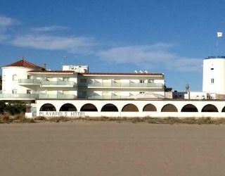 Looking out directly onto Castelldefels Beach, Hotel Playafels offers both rooms and apartments. Rooms in the Playafels have free Wi-Fi, flat-screen TVs with international satellite channels and large, marble bathrooms.