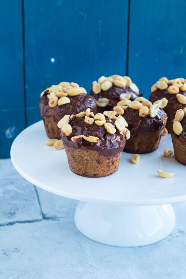 Sundere snickersmuffins med mørk chokolade. I Julies og min kogebog 'HVERDAGSFAVORITTER' deler vi opskriften på en snickerskage, som smager skønt og er virkelig nem at lave. Med inspiration fra den kage, har jeg bagt disse sundere snickersmuffins. Jeg har lavet lidt om i ingredienserne i dejen, men ellers minder den meget om. Denne kage er…