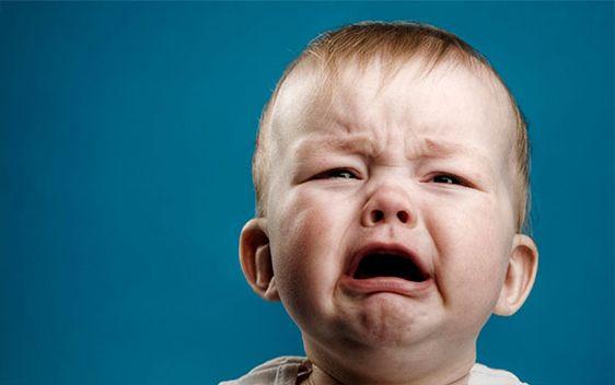 De ce sari din pat când plânge copilul?