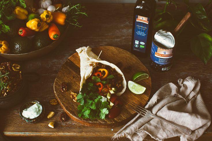 Recept på vegetarisk tacos med sojafärs där du gör ditt eget tortilla-taco bröd/stekpannebröd enkelt i stekpanna. KungMarkatta Fav ... **Rostade nötter som passar till allt:  **Stekt Wrap/Tortillas:  **Egen tacokrydda:  **Guacemole:  **Lime aioli: **Sojafärs:  **Bönröra: