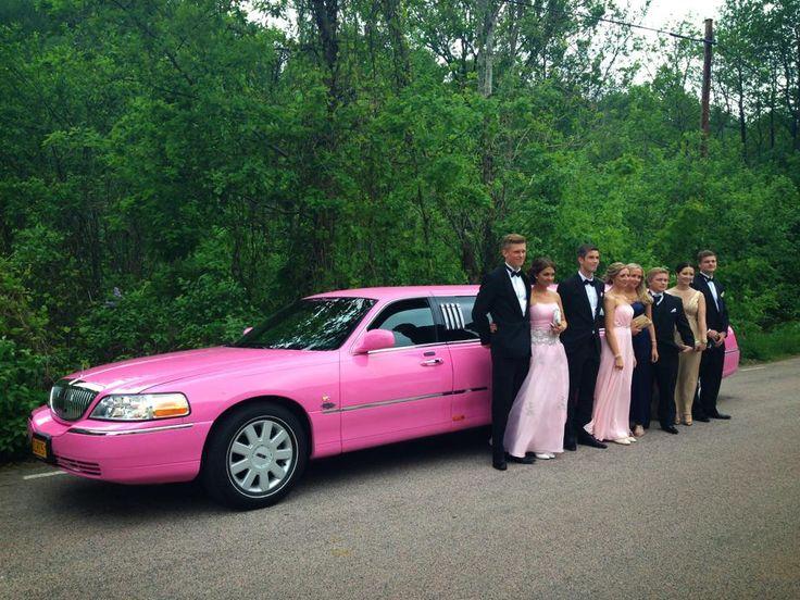 Lyckliga ungdomar åker rosa limousine till balen