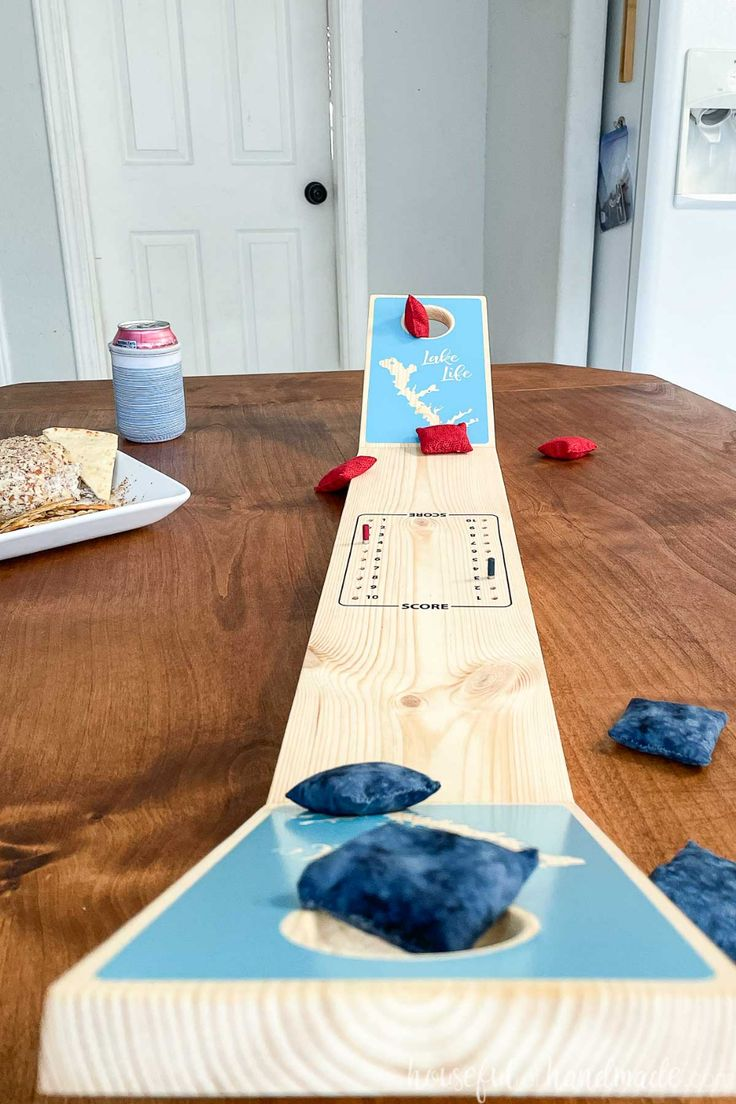Quick And Easy Crafts, Easy Diy Gifts, Crafts To Make, Fun Crafts, Decor Crafts, Home Crafts, Diy Cornhole Boards, Cornhole Designs, Diy Table Top