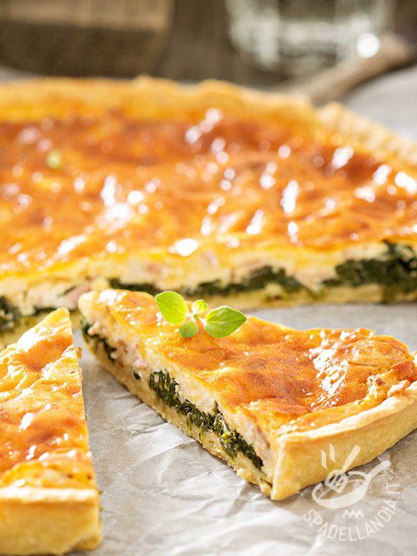 La Quiche con spinaci e pancetta è una idea golosa per tutta la settimana o per servire una pietanza originale in occasione di un buffet o brunch!