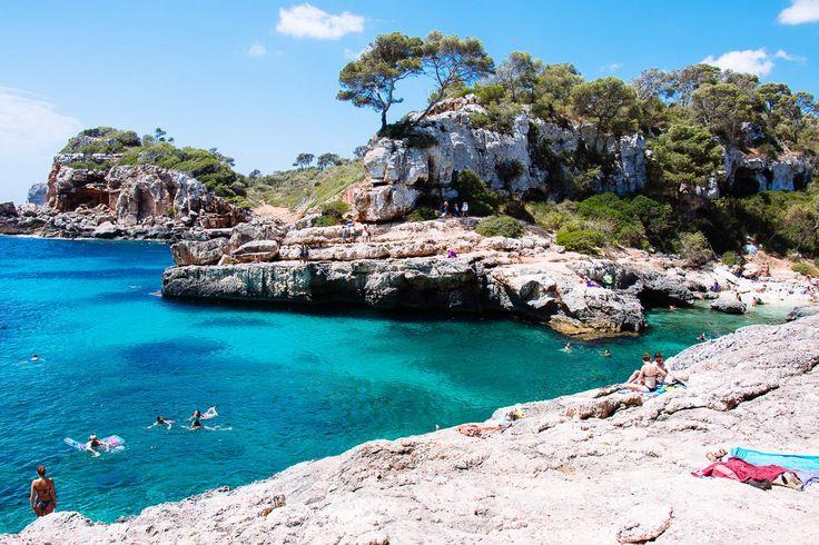 Türkisblaues Wasser, weißer Sand oder felsige Abenteuerbuchten - Mallorca hat Strände für jeden Geschmack! The Happy Jetlagger zeigt euch, wo!
