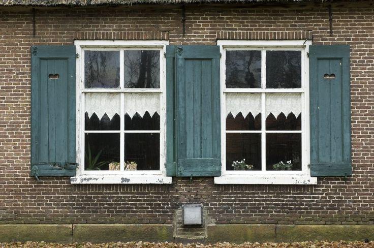http://upload.wikimedia.org/wikipedia/commons/8/84/Overzicht_van_de_ramen_met_luiken_in_de_westgevel_van_het_woongedeelte_van_de_boerderij_-...