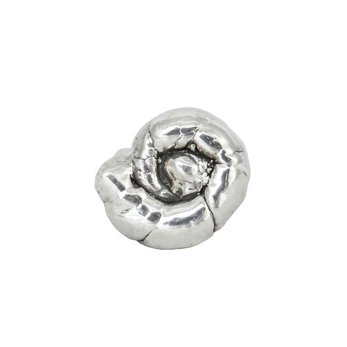 We created a ring with the shape of an ammonite. The ammonites, as symbols of longevity and evolution, are the perfect gift for all the nature lovers. Diameter: 2,2cm Silver 999°
