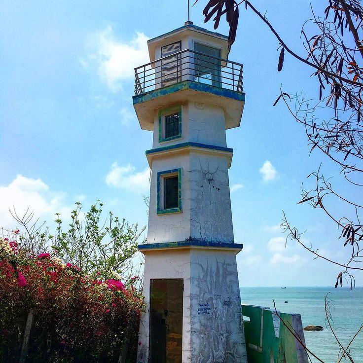 灯台小っちゃいけど船の安全には欠かせません #ベトナム #ブンタウ #灯台 #海風 #リフレッシュ #ツーリング #旅行 #ベトナム旅行 #海外 #海外生活…