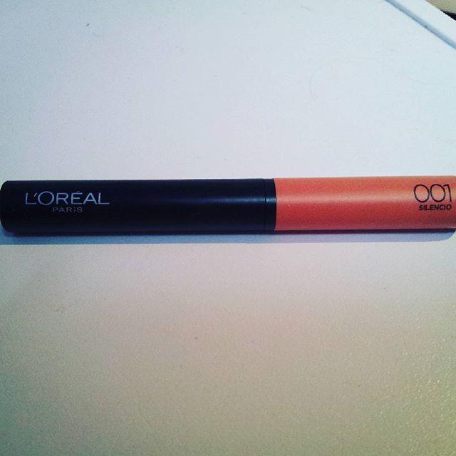 Ich habe den Indefectible Matt Lippen-Puder-Stift anfang des Monats zu geschickt bekommen. Und ich bin echt super begeistert. Zwar finde ich das er nicht sehr lange hält aber ansonsten ist er wirklich wunderbar. Das Tragegefühl ist richtig schön. Die Farbabgabe ist klasse. Man kann gut die Farbe etwas leichter oder aber etwas kräftiger auftragen. Ich hatte die Farbe 001 Silencio und alle Daumen hoch.  #lorealparisprivée #produkttest