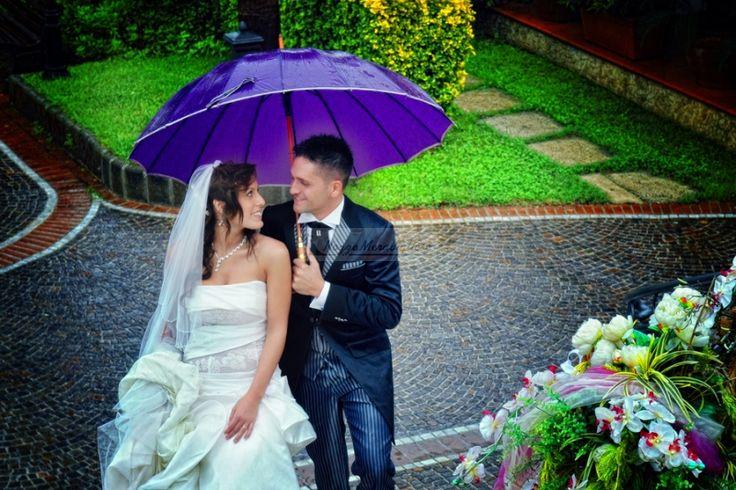 Sposi, felicità, sorrisi, dettagli matrimonio in viola Piove!? Non fa niente! Siamo felici lo stesso!  http://www.nozzemeravigliose.it/matrimonio/fotografo/caserta/massimo-mezzacapo/21