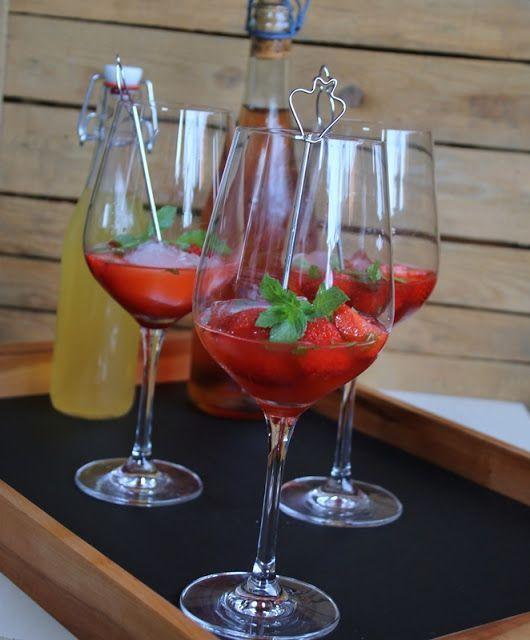 """Alkohol trinke ich ziemlich selten. Ab und zu mal ein Glas Sekt zum Anstoßen oder etwas Wein zum Essen. Wozu ich aber nie nein sage, ist Bowle! Ich liebe fruchtige Bowlen! Als ich das Rezept für """"Pink"""
