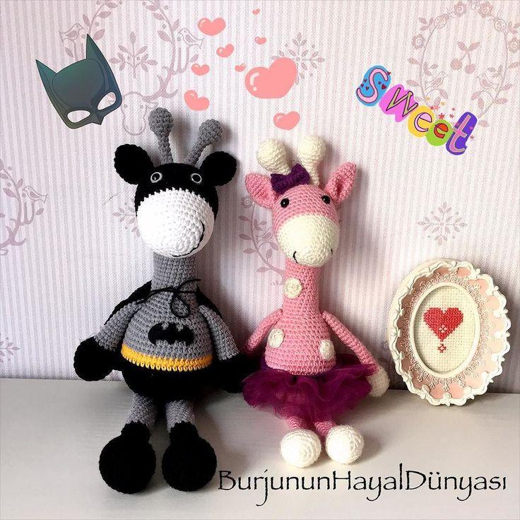 Bugünde böyle bat zuzu ve aşkitosu (süperman yolda ) #amigurumi#crochet#knit#crochetlove#giraffa#batman#love#oyunarkadaşı#uykuarkadaşı#örgüişi#elişi#kids#baby#çocuk#bebek#hediye#burjununhayaldunyasi by burjununhayaldunyasi