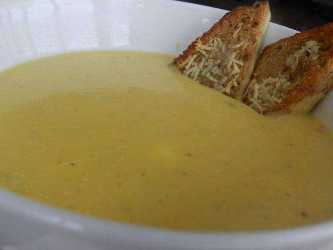 Нежный, пряный, со сливочным вкусом... Тыквенно-сырный суп-пюре Тыква замороженная – 1 кг Картофель (лучше белых сортов) – 3 шт Лук репчатый – 3 шт Чеснок – 4-5 зубчиков Сырок плавленый – 1 шт Сливки жирностью 15-20% – 200 г Растительное масло для обжарки – 3-4 ст. ложки Тимьян (свежий, замороженный, сухой) – ½ чайной ложки Мускатный орех натёртый – ½ чайной ложки. Если натираете орех сами, то 1/3 чайной ложки (он более ароматный) Чёрствый хлеб для гренок. Соль по вкусу.