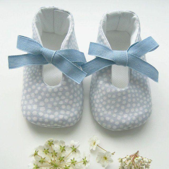 coudre des chaussons pour bébé en tissu bleu