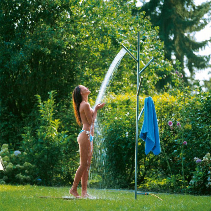 Funkcjonalny prysznic ogrodowy pozwala na czerpanie przyjemności jaką daje orzeźwiająca kąpiel w upalne dni lub zabawa